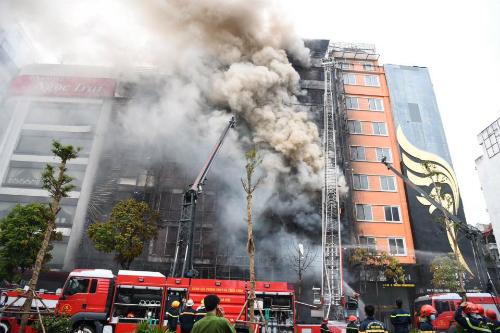 Nhiều xe chữa cháy được huy động đến hiện trường