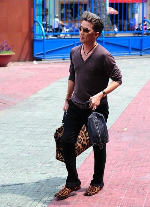 Dạo phố với giày da báo màu mè