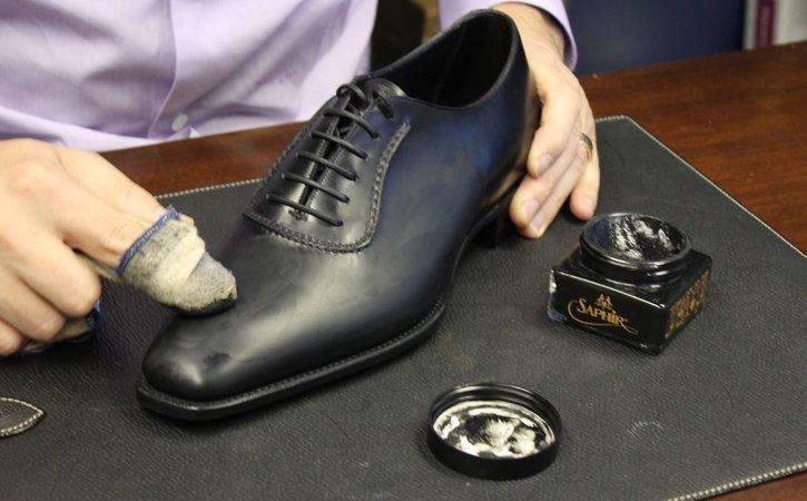 Cách đánh xi giày sáng bóng