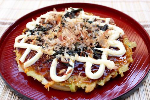 bánh xèo Nhật được rắc cá bào