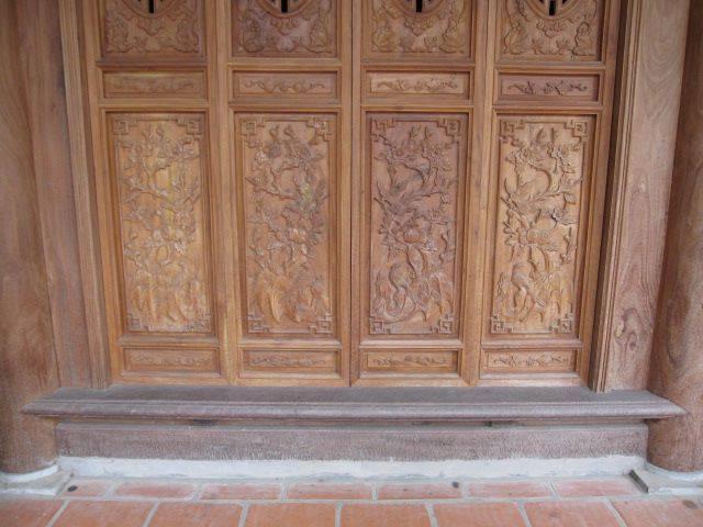 cửa bức bàn đục cây