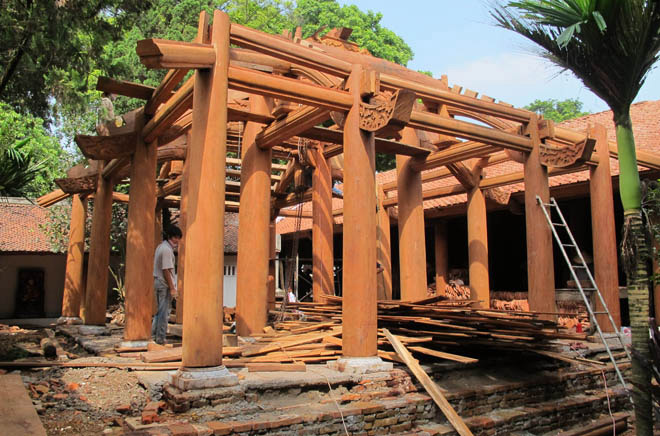 đang thi công đình chùa gỗ lim
