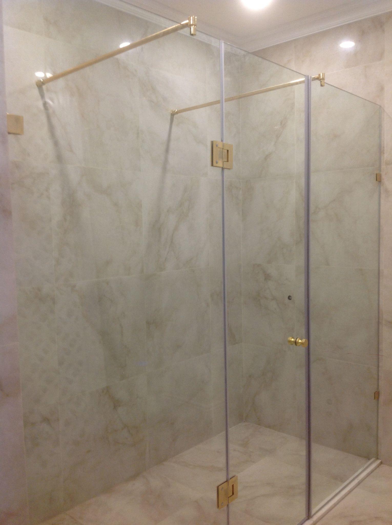 Vách kính phòng tắm cửa mở quay
