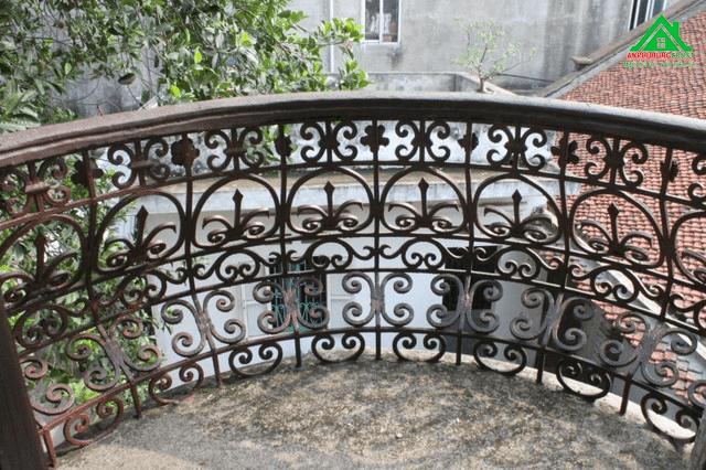 Ông Đức cho hay, ngày đó, có hai lan can sắt được chở qua đường biển về Việt Nam. Một chiếc hiện đang tọa lạc tại ngôi biệt thự cổ này