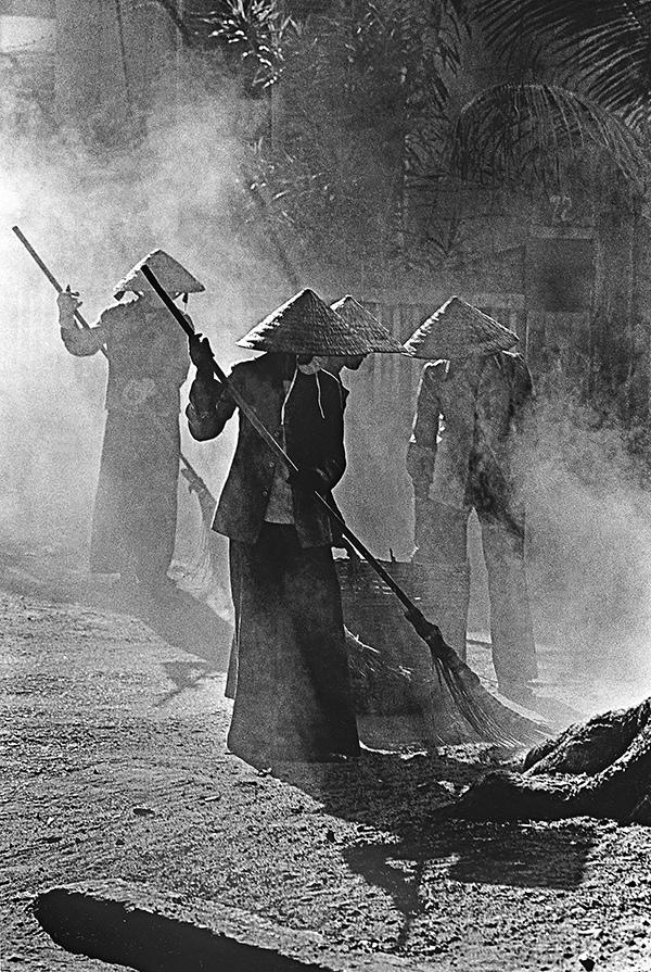 Công việc thầm lặng – Photo: Bùi Minh Sơn – HC Ashi Shimbun 1989 – Huy Khánh tháp chuông vàng (Italia 1992) – HC Bạc (Nederland 1993) – HC Đồng SPA ( USA 1999)