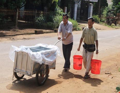 Chưa lắp hệ thống lọc nước giếng khoan, người dân phải đi xách sinh hoạt