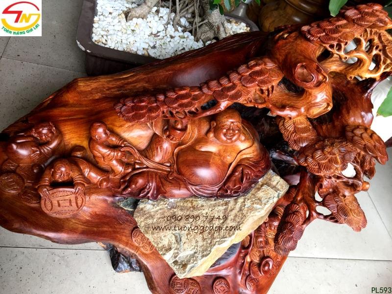 tượng gỗ ôm đá