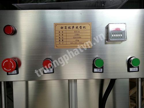 Các nút điều khiển trên máy làm pizza ốc quế
