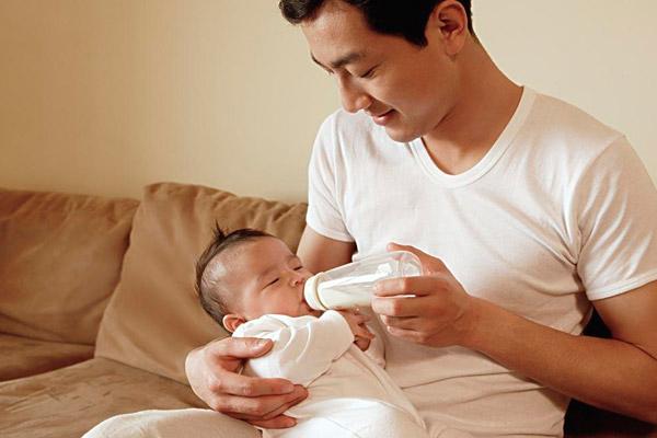 Cho trẻ bú sữa là khoảnh khắc tuyệt vời