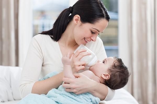 cho trẻ sơ sinh uống sữa đúng cách 1