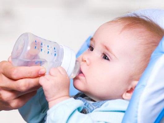 Nguy hiểm khi cho trẻ dưới 6 tháng tuổi uống nước 1