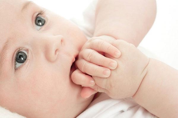 Giúp trẻ từ bỏ thói quen mút tay không khó