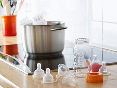 Tiệt trùng đồ dùng của trẻ bằng nước sôi