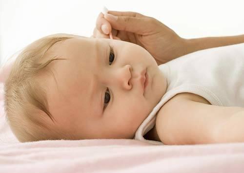 Trẻ có thể ngoạy ngọ trong quá trình bạn vệ sinh tai