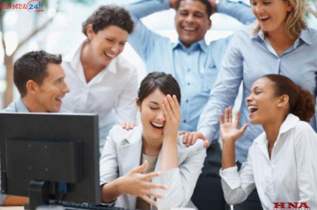 Hãy tập cười nhiều hơn với đồng nghiệp
