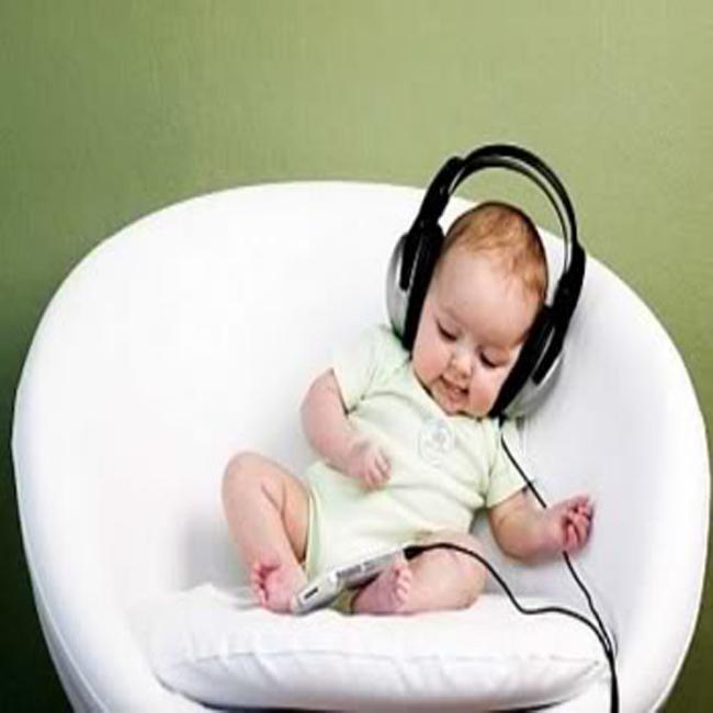 trẻ em nghe nhạc