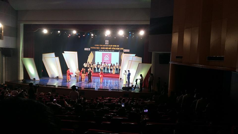 Đại diện Honeyhome.vn lên nhận giải Top 50