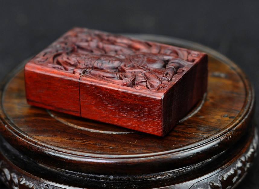 Zippo phật bà ngàn tay gỗ đàn hương đỏ