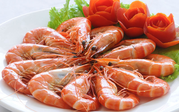tôm là loại hải sản rất ngon nhưng không được dùng khi uống thuốc