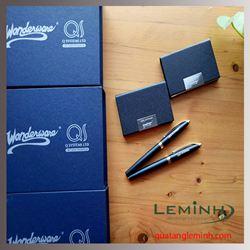 Bộ quà tặng Bút ký cao cấp + Ví đựng Namecard - Khách hàng QQ Systems Ltd