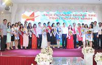 Phó Chủ tịch Thường trực UBND tỉnh Đặng Huy Hậu chúc mừng nữ doanh nhân trẻ