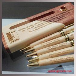 Bộ bút gỗ nắp xoay khắc logo - KH ĐH BÁCH KHOA HÀ NỘI