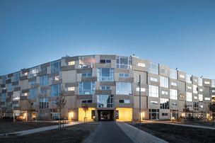 Dãy nhà gỗ lắp ghép này được thiết kế trông như một sườn đồi nhân tạo ở thủ đô của Thụy Điển Stockholm vào năm 2011.