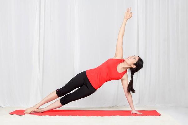 Hình ảnh mô phỏng tư thế 2 khi tập yoga tại nhà.