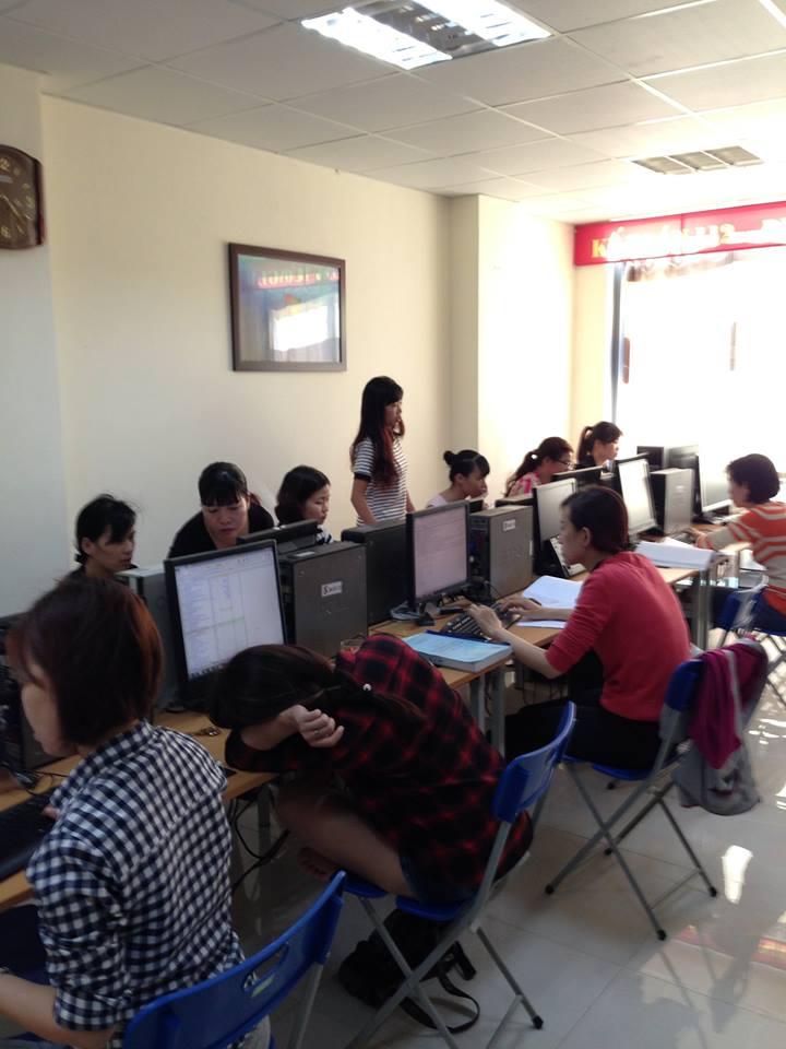 không gian buổi học kế toán -tin học
