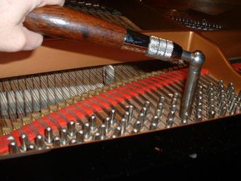 lên dây đàn piano điện