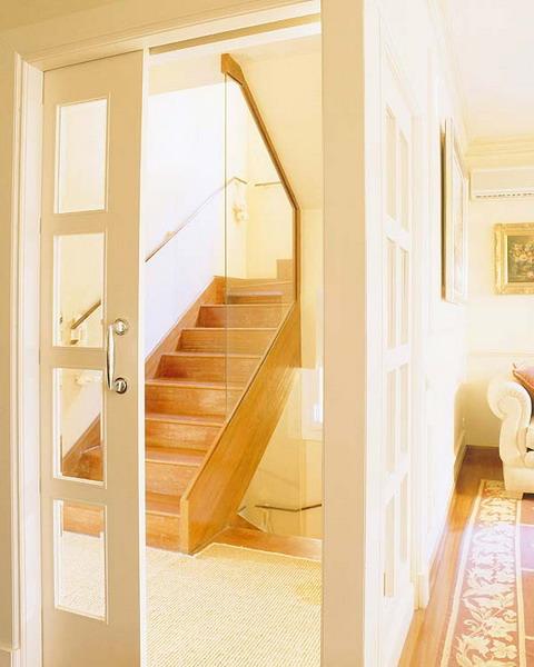 Cửa trượt ngăn chia không gian phòng khách và cầu thang.