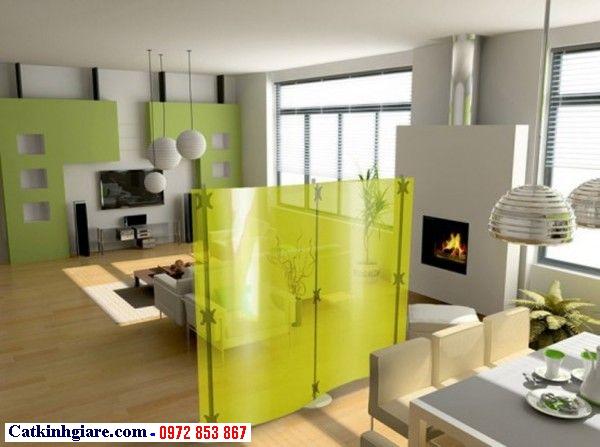 Vách trang trí phòng khách bằng kính màu