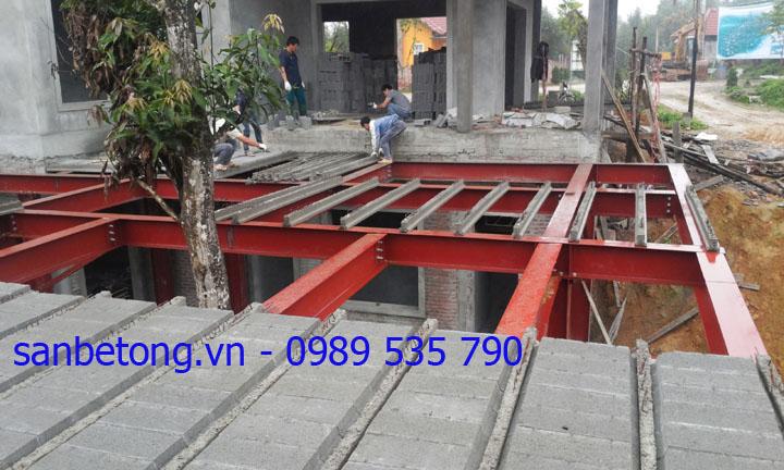 Công nhân lắp dầm dự ứng lực và gạch bê tông nhẹ