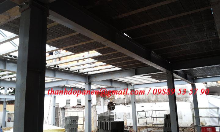 Sàn panel nhẹ và khung thép được lắp đặt