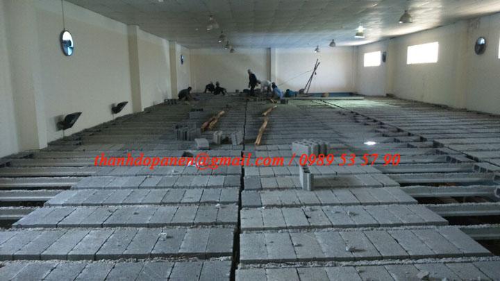 Công nhân thi công lắp đặt sàn bê tông nhẹ
