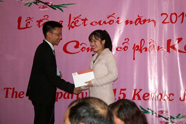 Mr. Dương trao thưởng cuối năm cho Mrs. Lê Vân