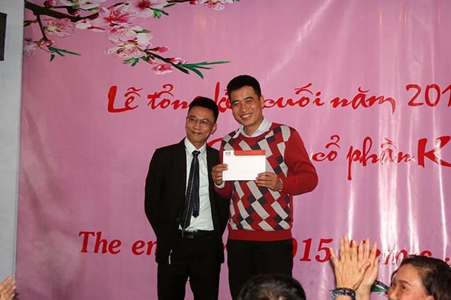 Mr. Dương trao thưởng cuối năm cho Mr. Đức