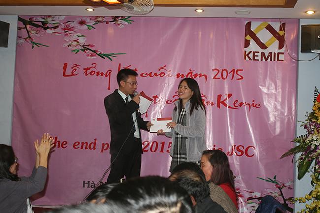 Mr. Dương trao thưởng cuối năm cho Mrs. Hằng