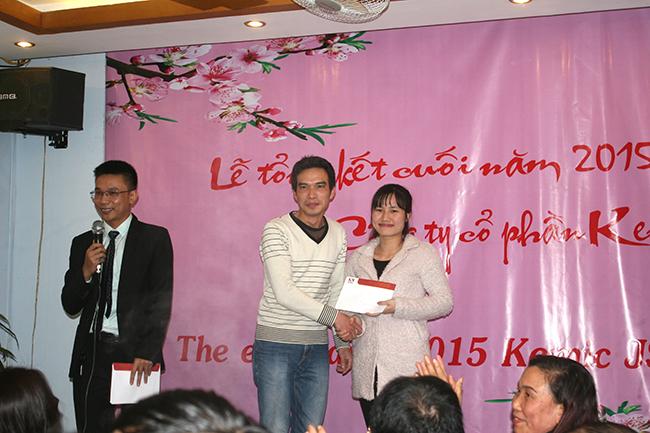 Mr. Hùng trao thưởng nhân viên hành chính của năm