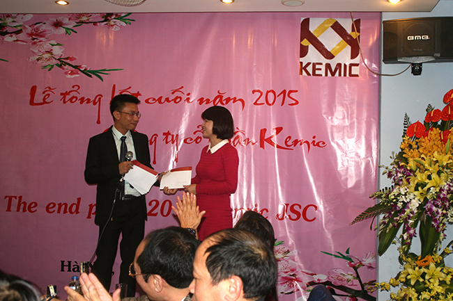 Mr. Dương trao thưởng cuối năm cho Mrs. Điệp