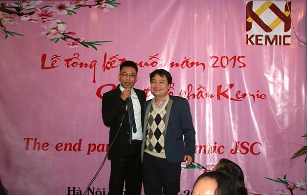 Mr. Dương trao thưởng cuối năm cho Mr. Hải