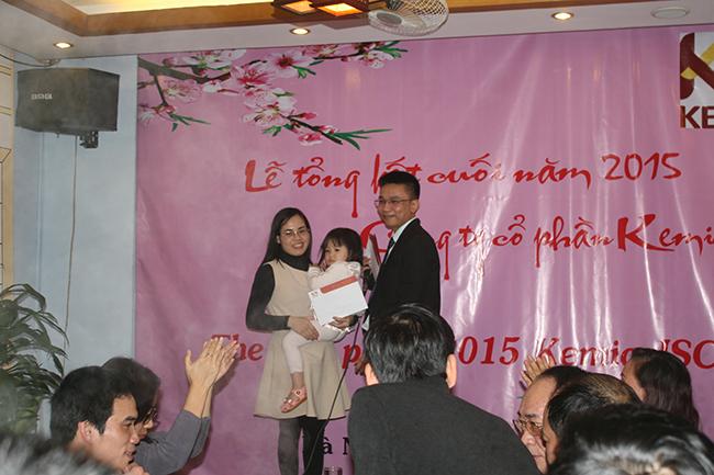 Mr. Dương trao thưởng cho Mrs. Hương