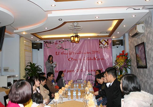 Mrs. Hằng lên bắt đầu buổi lễ tổng kết cuối năm