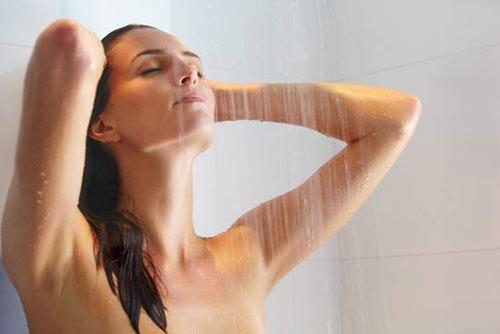 tắm bằng vòi sen kết hợp với massage giúp giảm cân sau sinh