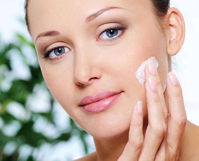 Sau khi lau sạch kem đánh răng trên vết mụn, cần thoa thêm các loại kem dưỡng ẩm dịu nhẹ giúp da giữ nước và mau hồi phục.