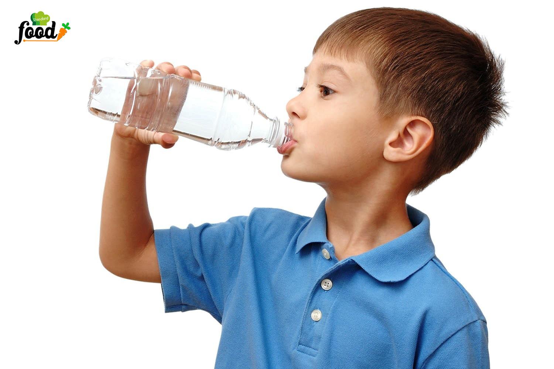 cho  bé uống nước