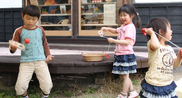 Kid's Kingdom, Hitomi, đồ chơi an toàn, đồ chơi thông minh, đồ chơi cho bé, đồ chơi Nhật Bản, văn hóa Nhật Bản, Kendama, đồ chơi vận động