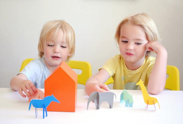 Hitomi.vn - Chia sẻ đồ chơi với bạn sẽ giúp bé rèn luyện khả năng đoàn kết, chia sẻ