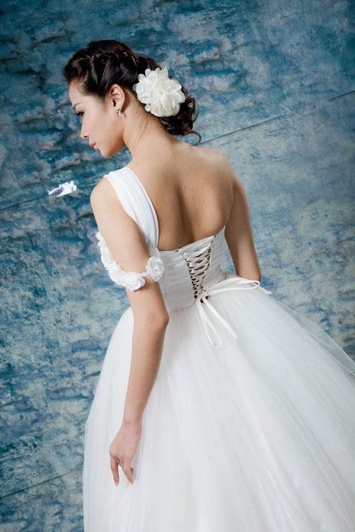 trang phục áo cưới lệch vai