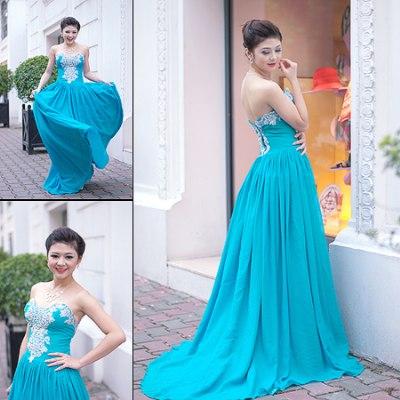 Váy dạ hội suông với ren lông và đá pha lê làm điểm nhấn trên nền vải xanh tươi trẻ.